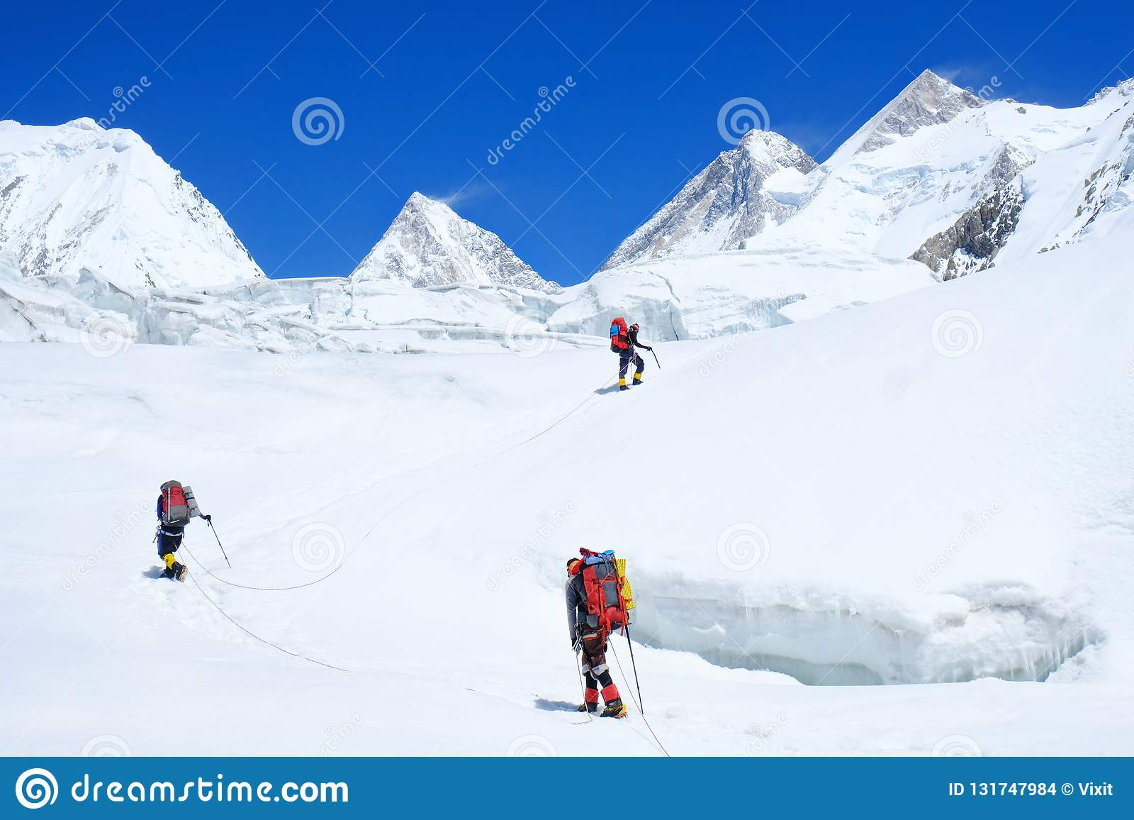 Klimmer reache de top van bergpiek Klimmer drie op de gletsjer Succes, vrijheid en geluk, voltooiing in bergen