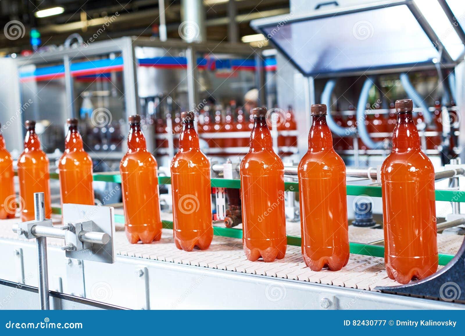 Klingeryt butelki z piwem lub carbonated napojem poruszającymi na konwejerze