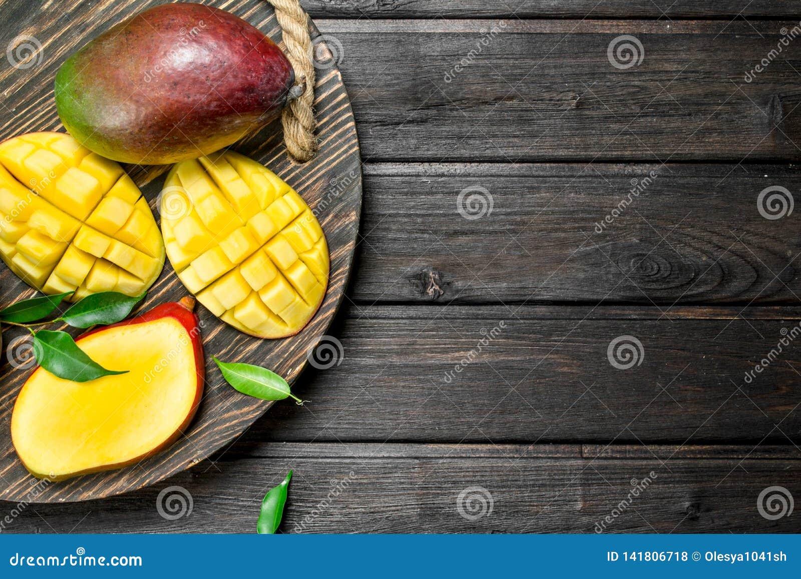 Klipp mango på ett magasin