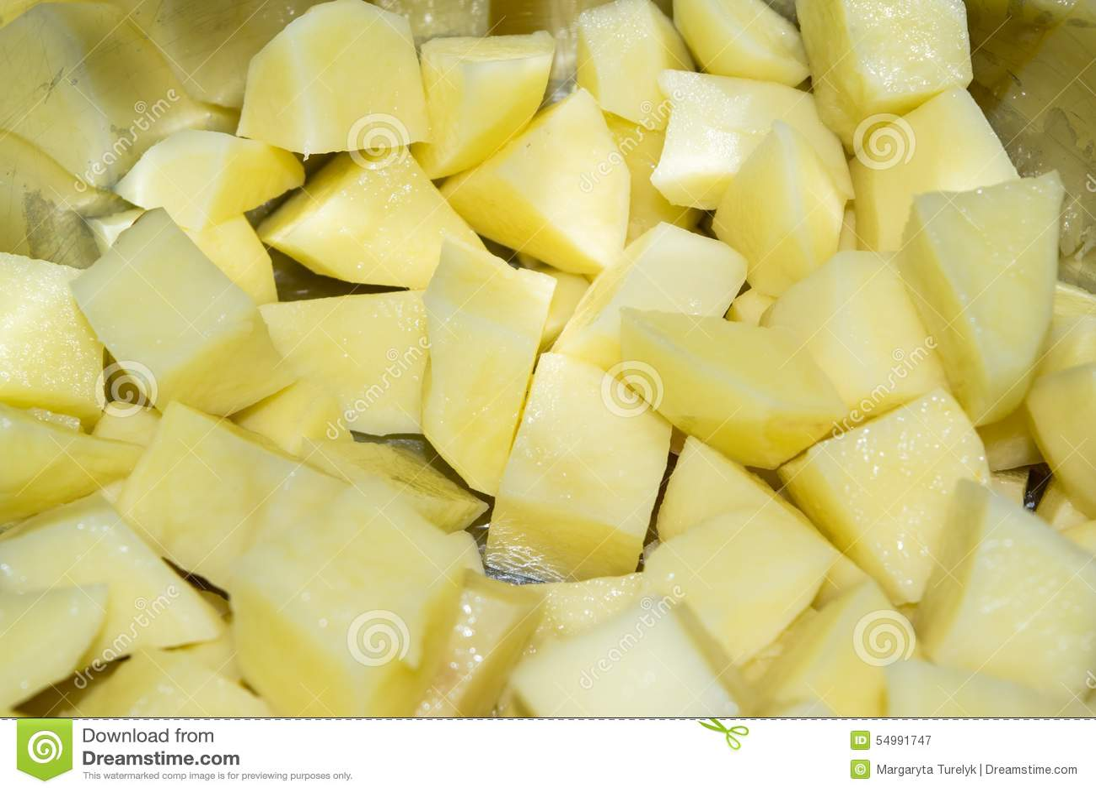 Klipp rå potatisar i en kastrull