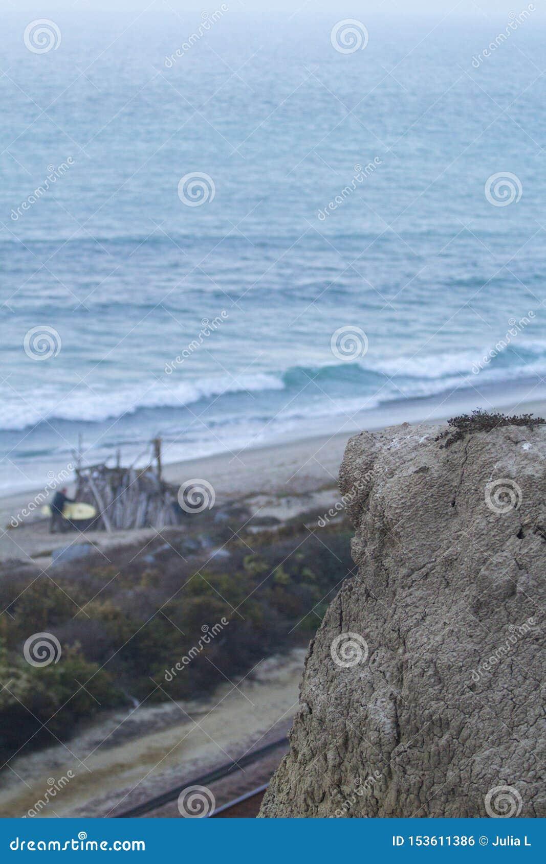 Klippa med havet i bakgrunden