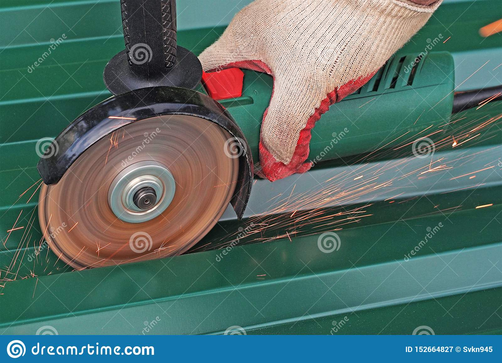 Klippa metall vid elektriskt mala för hjul