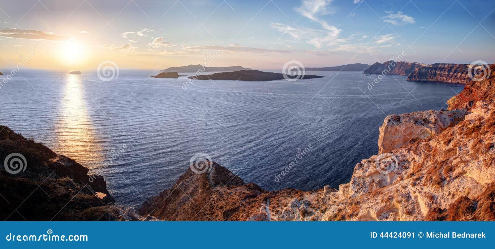 Klippan och vulkaniskt vaggar av den Santorini ön, Grekland Sikt på Caldera