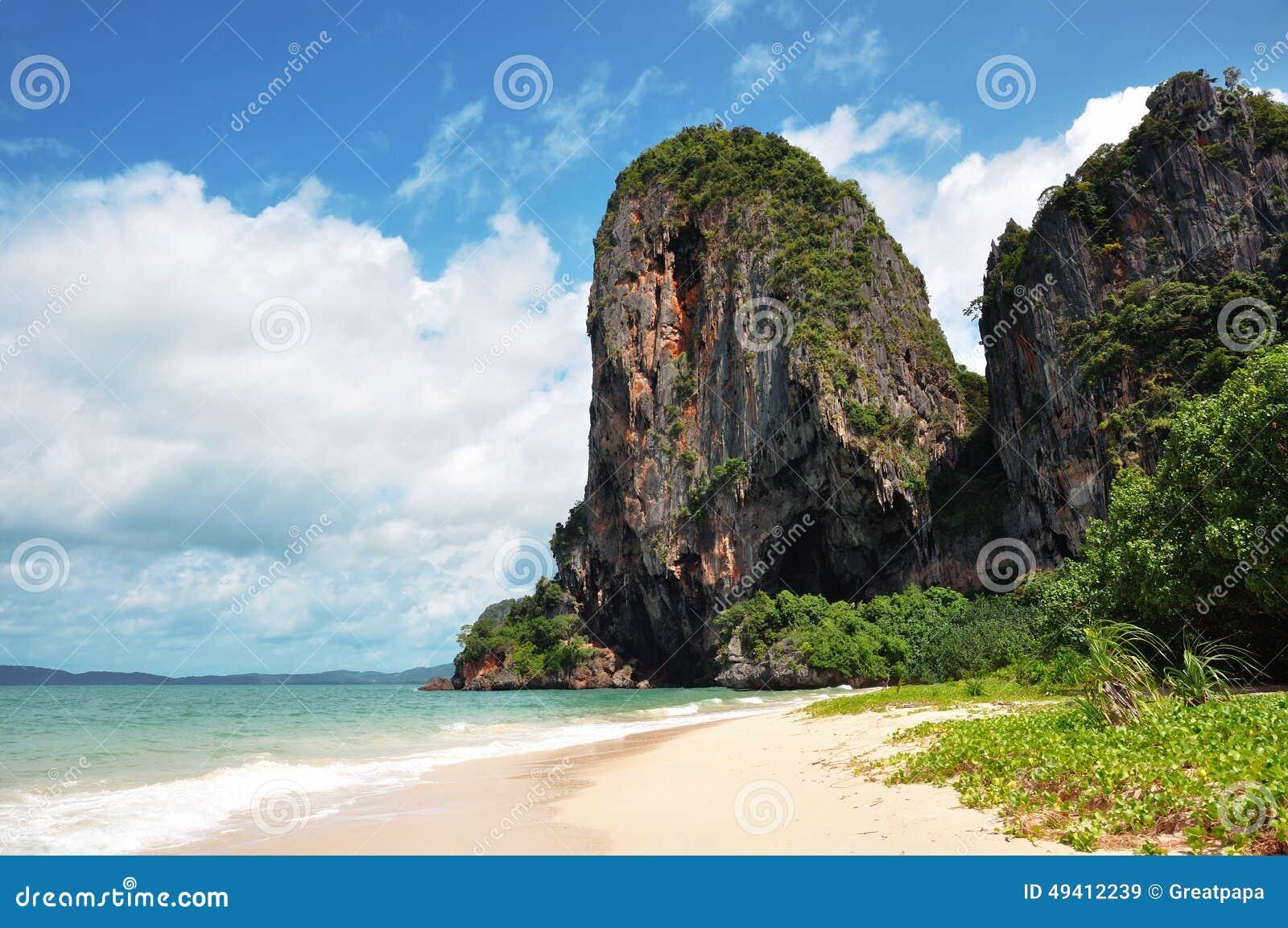 Download Klippen durch das Meer stockbild. Bild von welle, felsen - 49412239