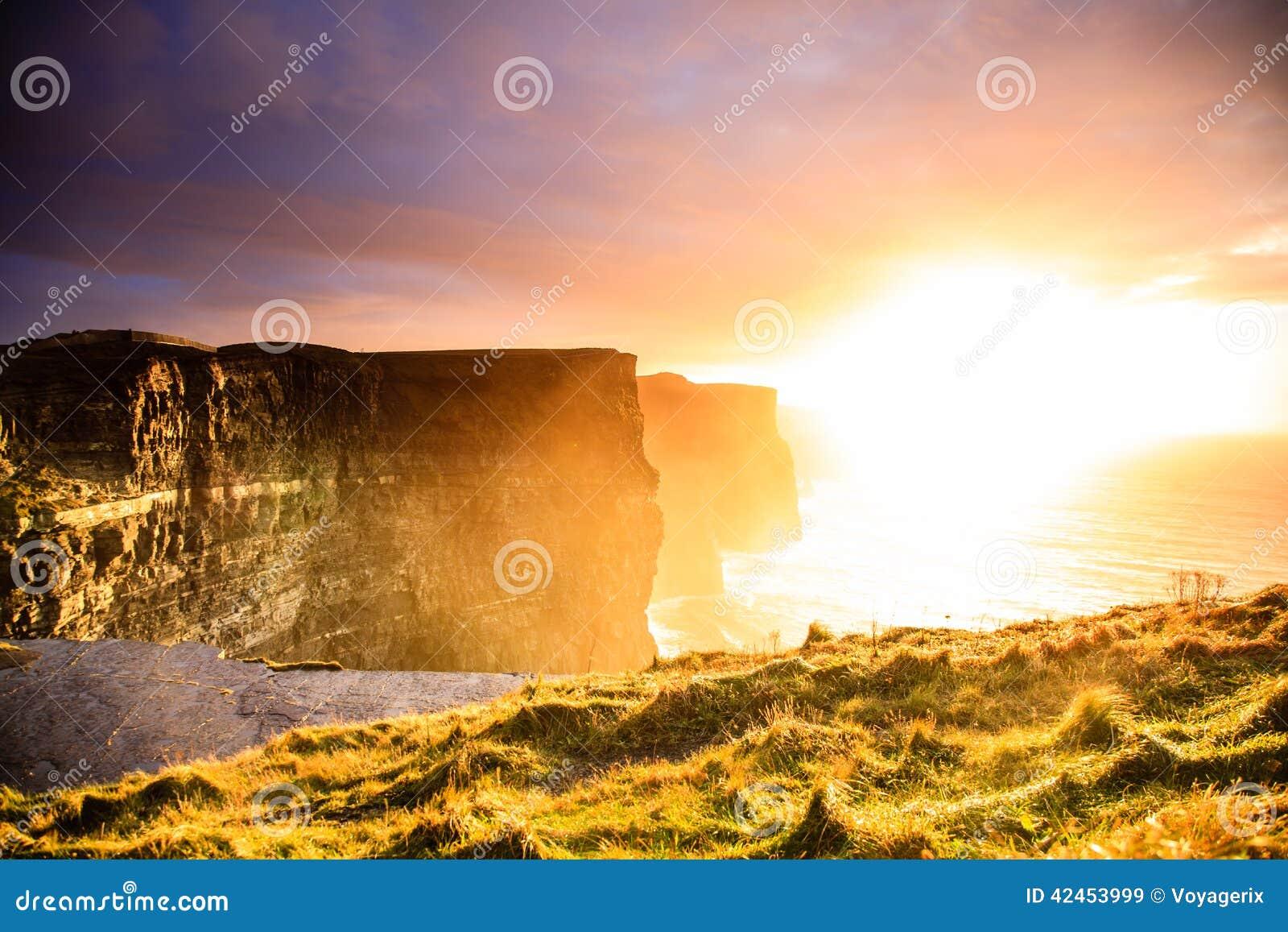 Klippen von Moher am Sonnenuntergang in Co Clare, Irland Europa