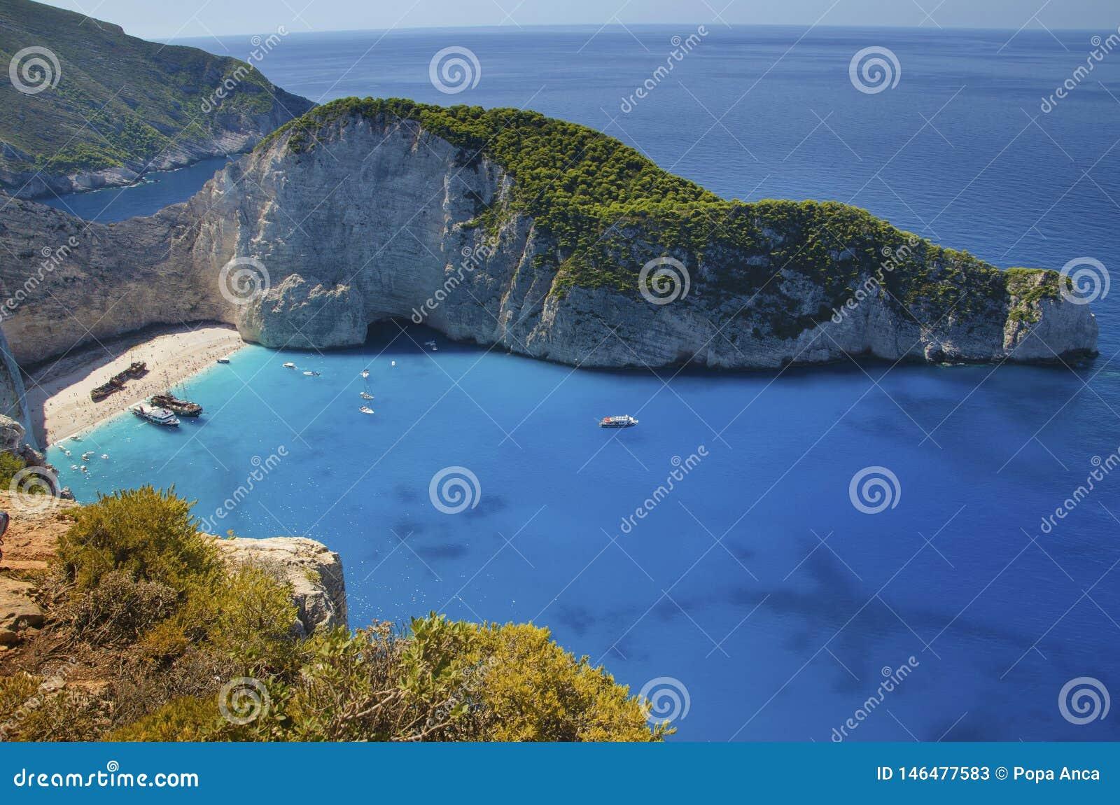 Klippenmening van de schipbreuk Navagio en andere toeristenboten in de zomer