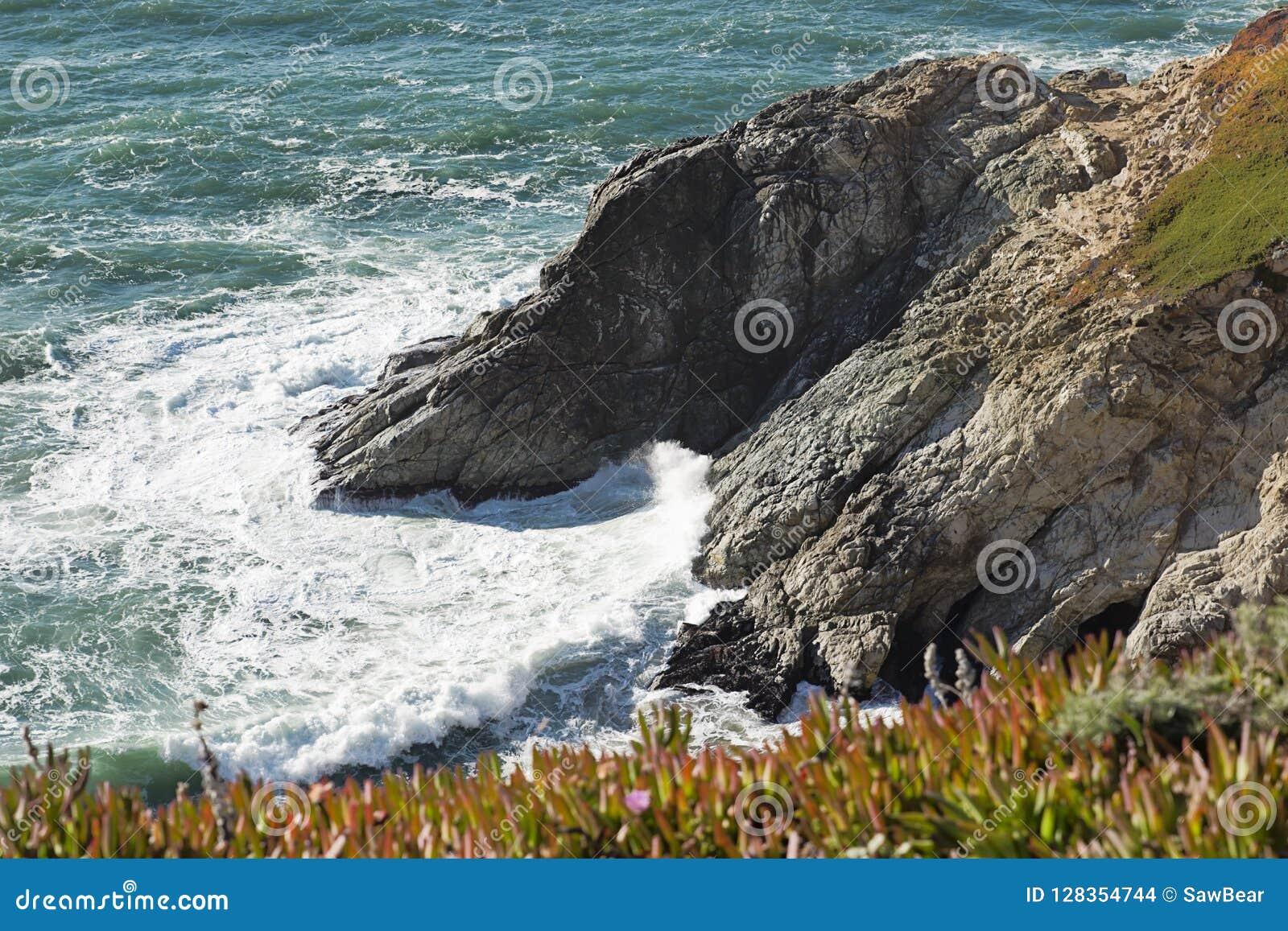 Klippor för glidbana för jäkel` s i Pacifica, Kalifornien