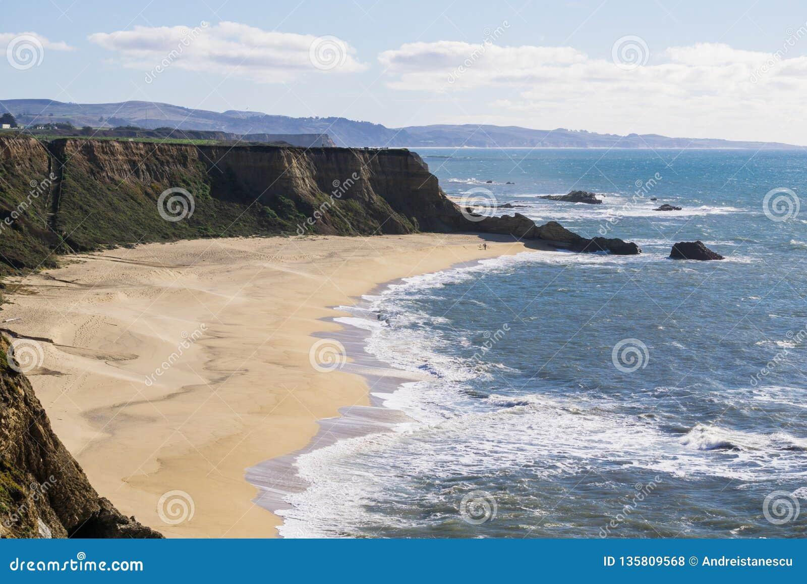 Klippor och den stora halvmånen formade stranden, Stilla havetkusten, Half Moon Bayen, Kalifornien