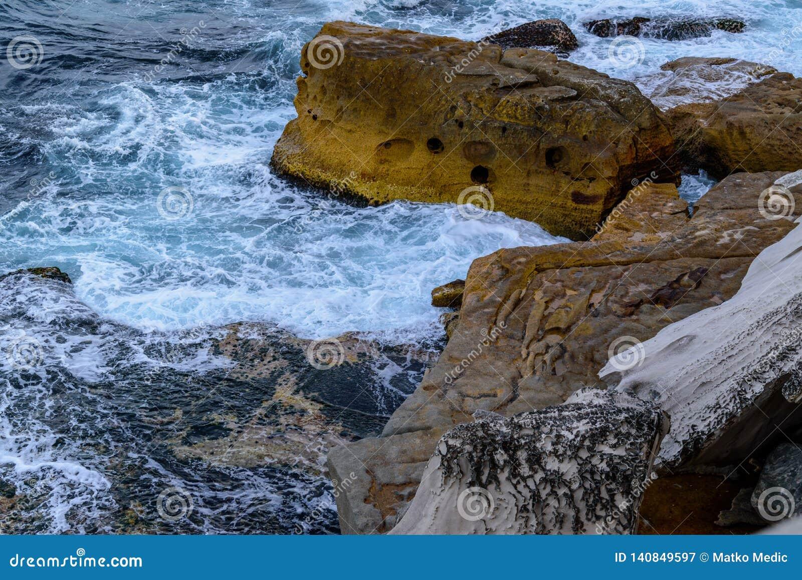 Klippor och grovt hav