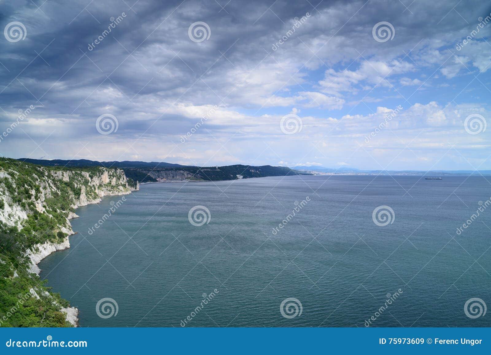 Klippor på den Adriatiska havet kusten