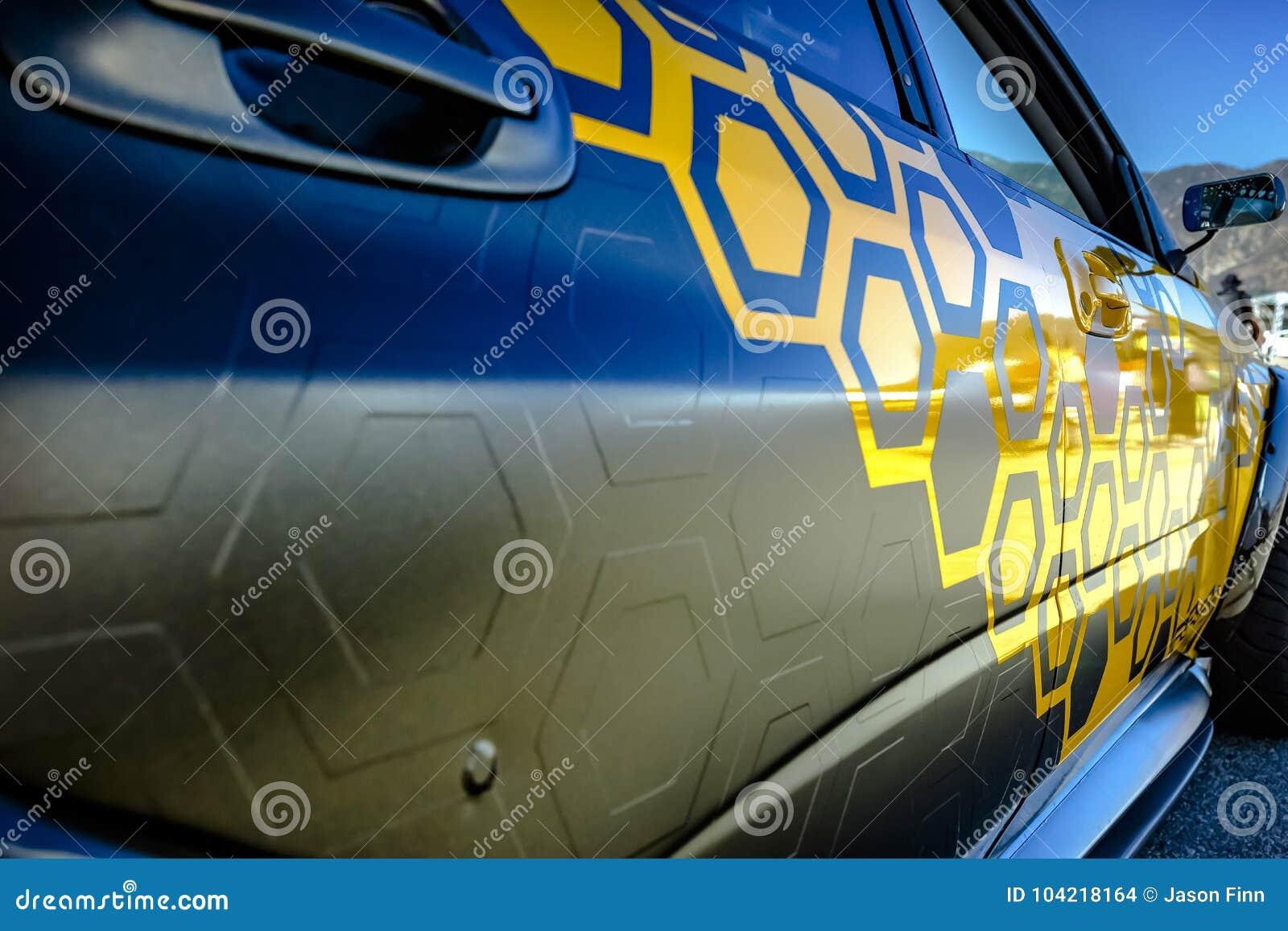 Klistra av bilen med den kol- vinylsjalcloseupen