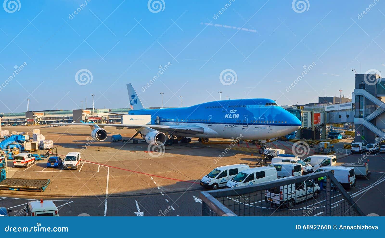 KLM planieren geladen werden an Schiphol-Flughafen Amsterdam, die Niederlande
