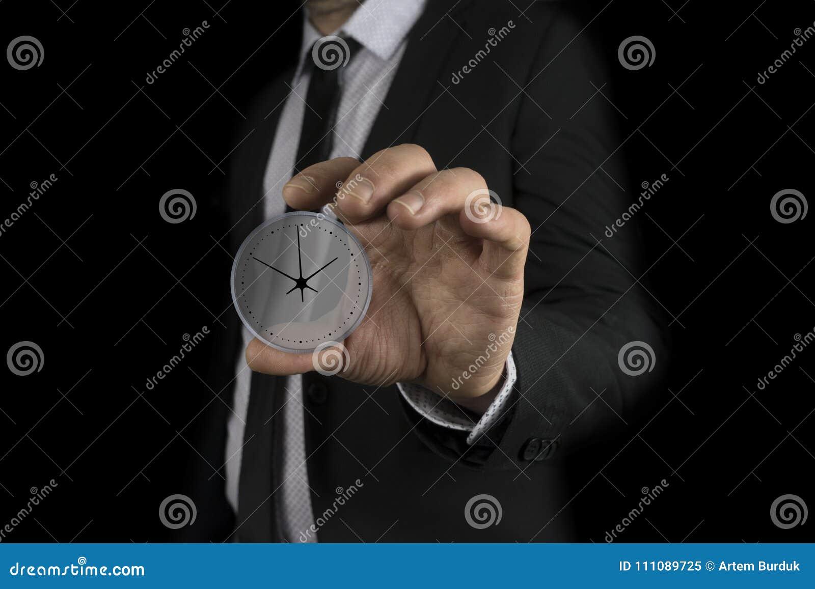 Klocka för affärsmanhandinnehav i skärmen
