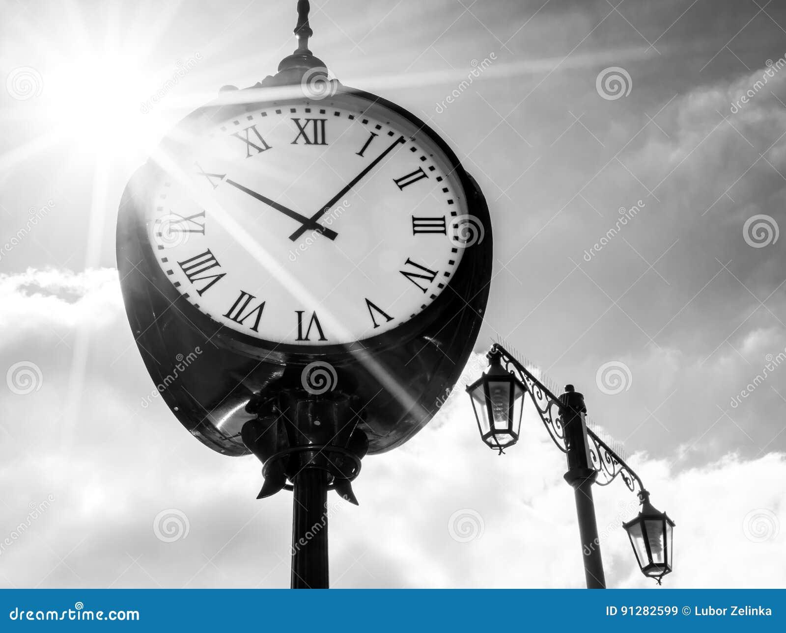 Klocka i solsken, bw