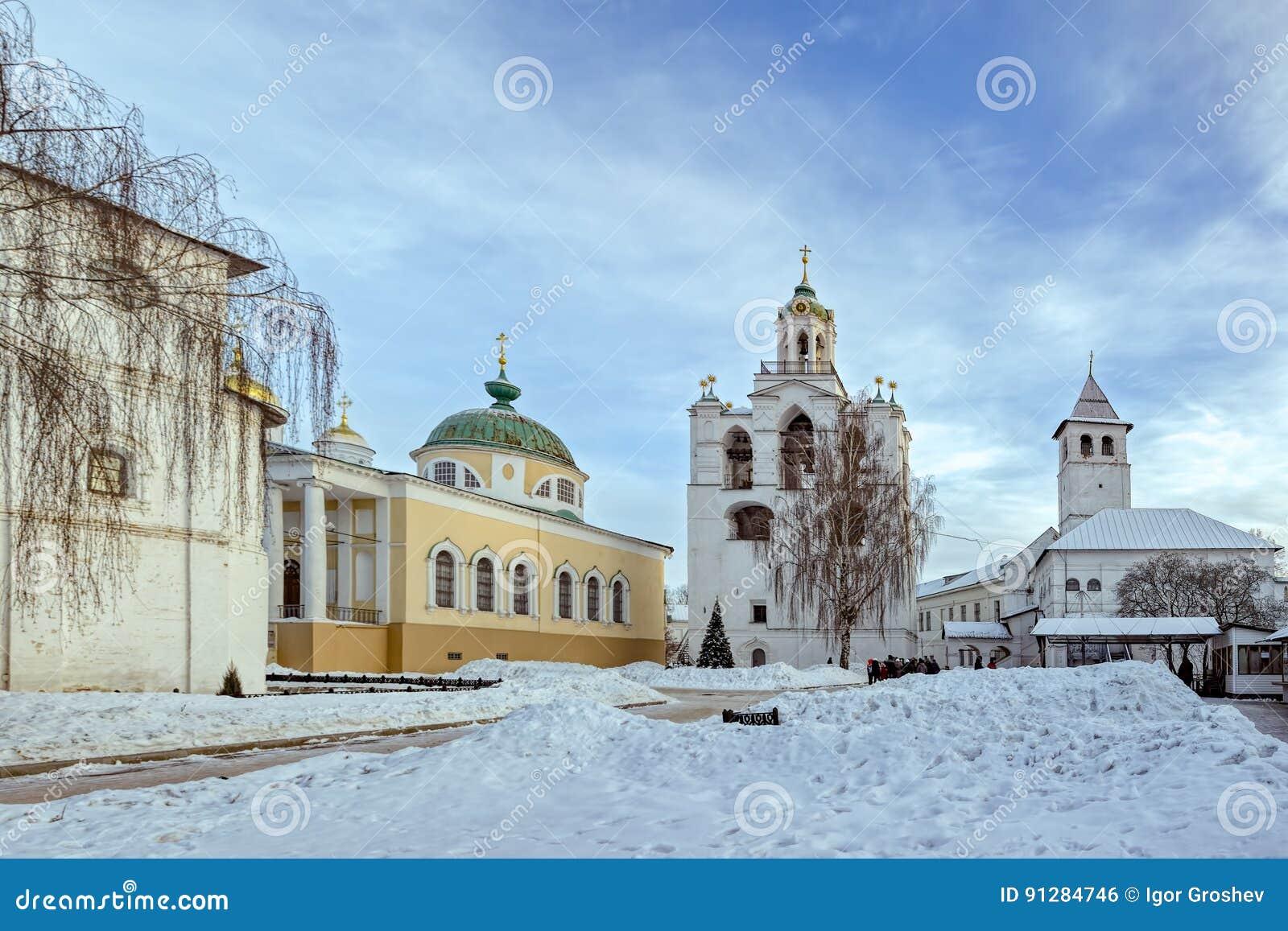 Klockstapel, kyrka av Yaroslavl helgon och frälsaredomkyrka i