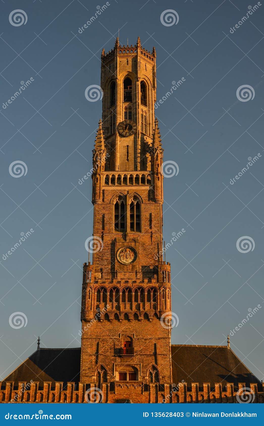 Klockstapeln av den Bruges Belfort skåpbilen Brugge