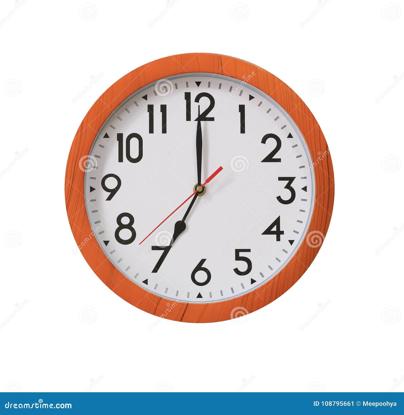 Klok van patroon bruin hout in zeven die uur op witte B worden geïsoleerd