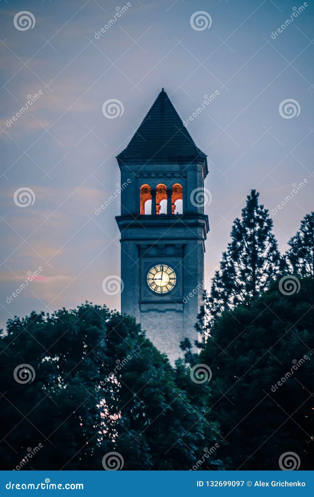 Klokketoren de van de binnenstad van Spokane in park bij zonsondergang