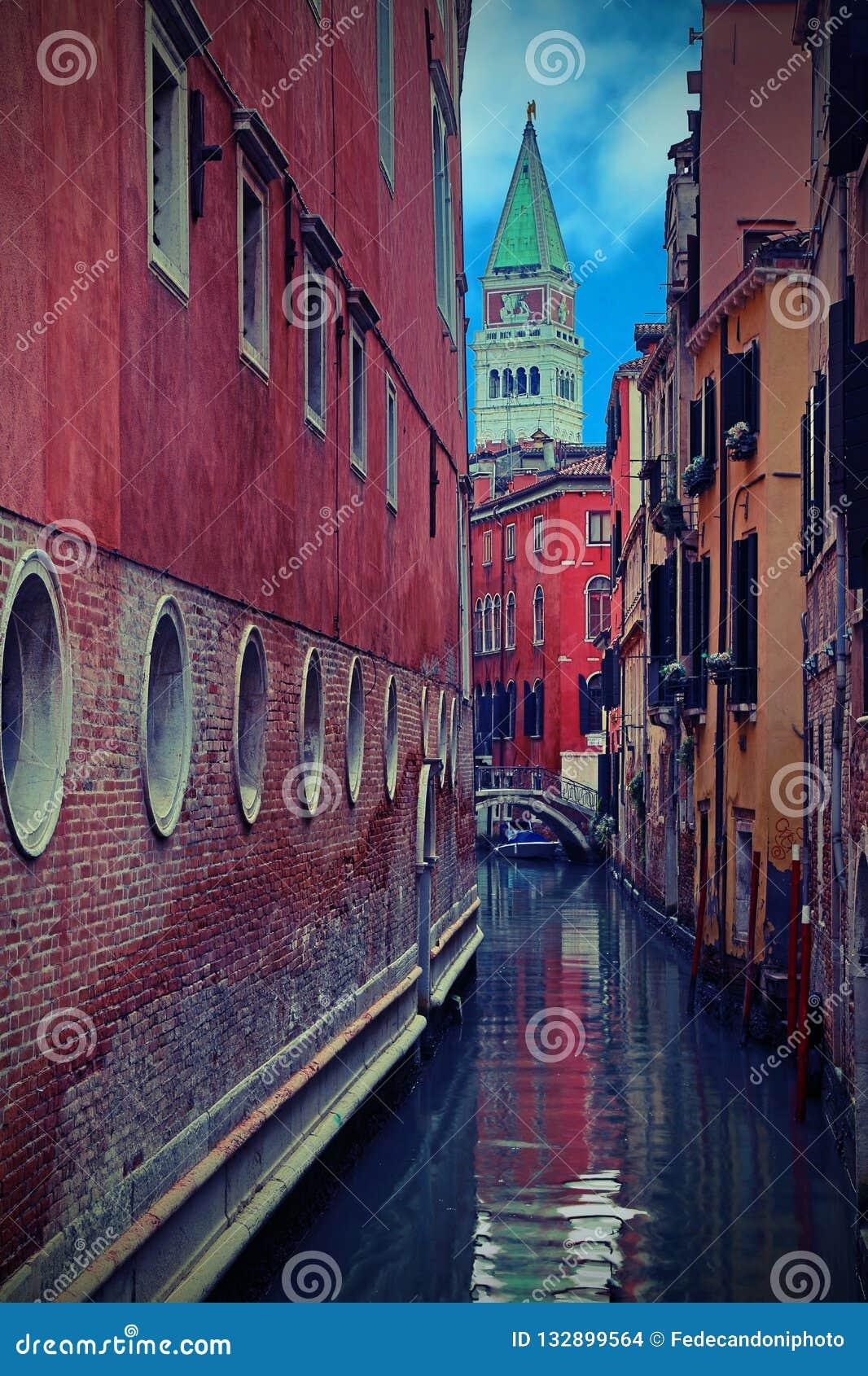 Klokketoren van het Teken van Heilige in Venetië met uitstekend effect