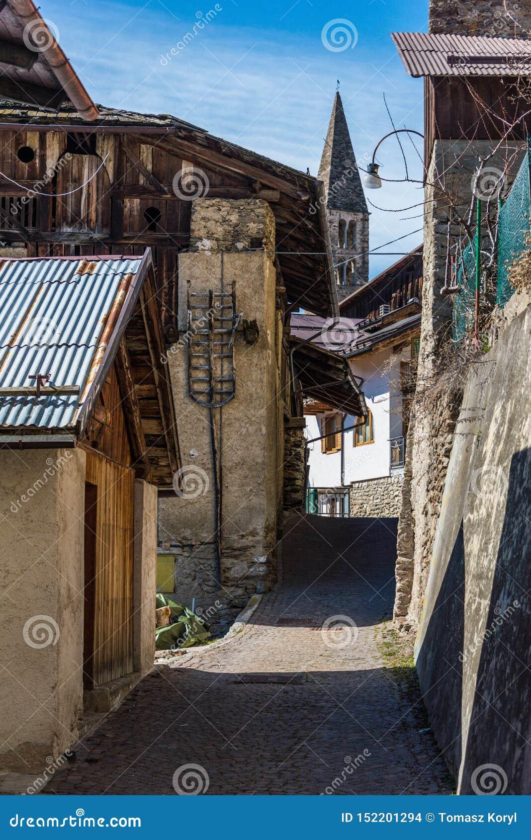 Klokketoren van Italiaanse bergkapel in klein dorp Gebied Trentino, Itali?