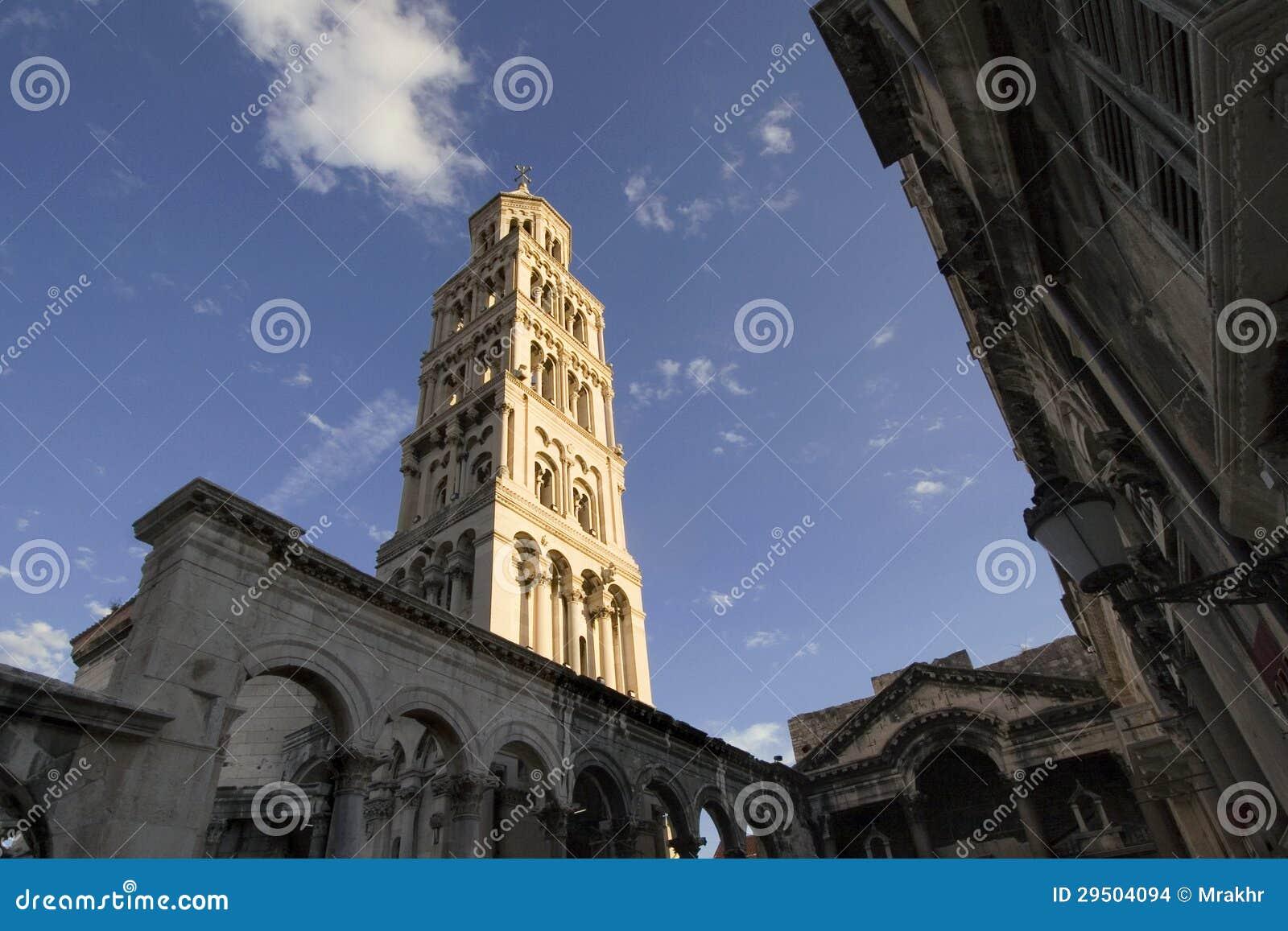 Klokketoren van St. Domnius Kathedraal