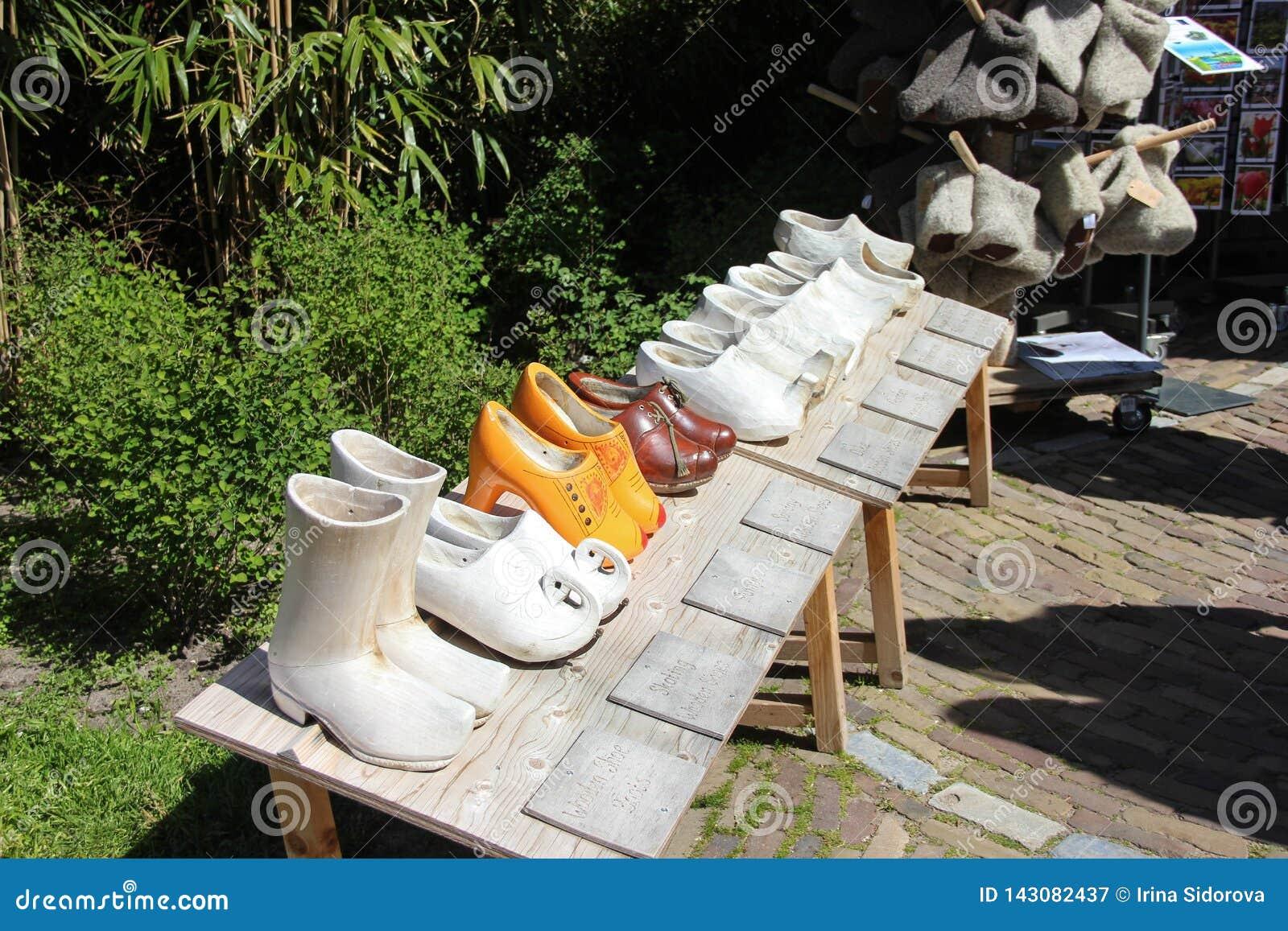 Klompen - giocattoli di legno tradizionali della statua delle scarpe dell impedimento in Lisse, Paesi Bassi, Olanda Tempo di prim