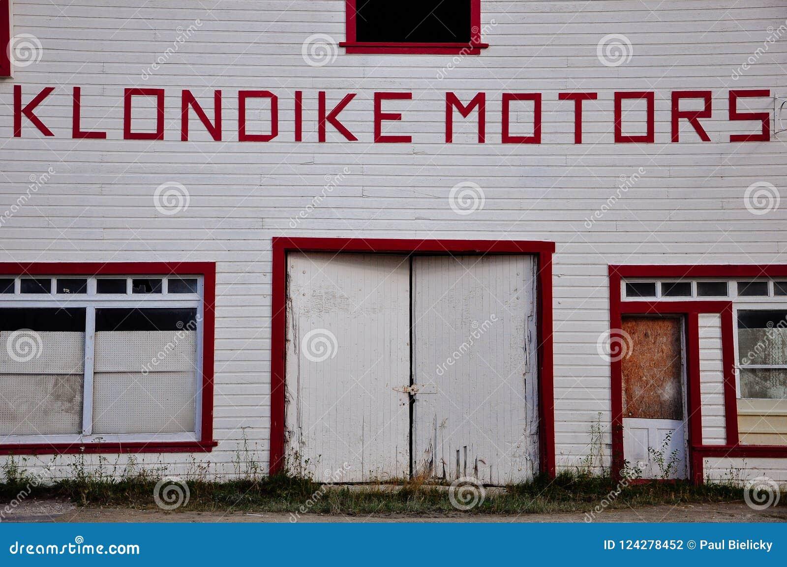Klondike едет на автомобиле здание в городе Dawson, Юконе