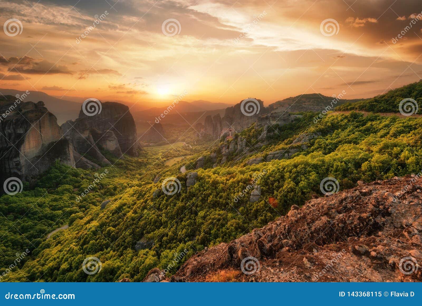 Klooster Meteora Griekenland Het overweldigen van de lente panoramisch landschap bij zonsondergang