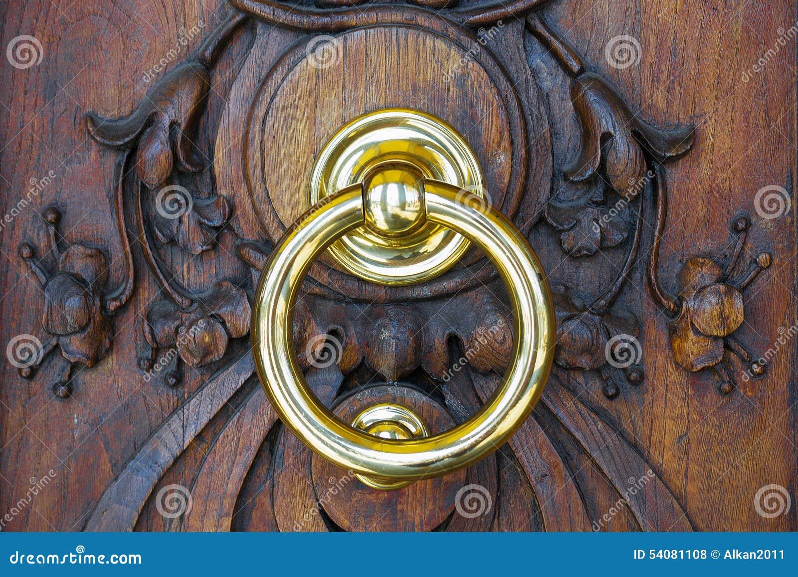 Kloppers in een houten deur