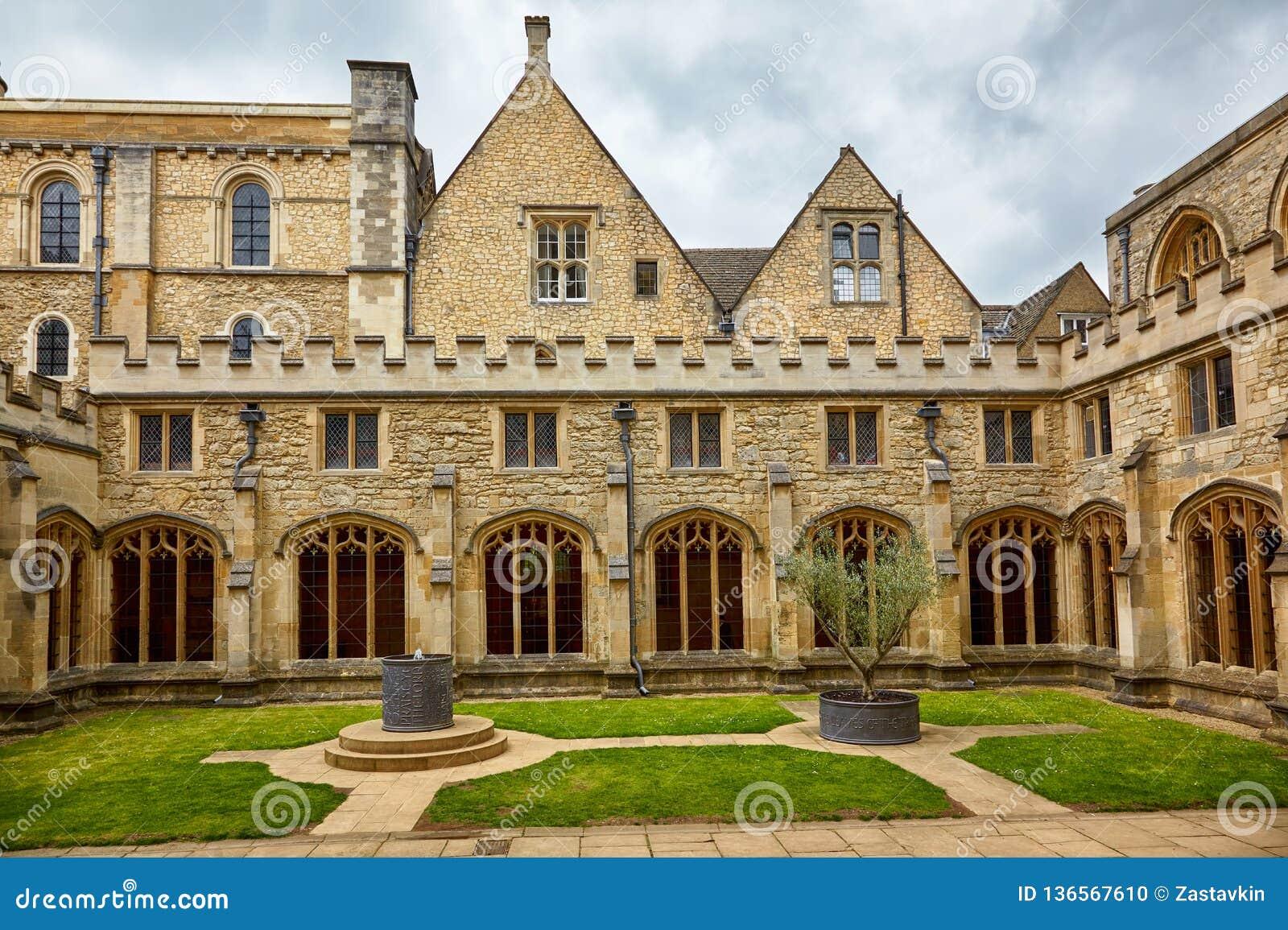Klosterträdgården av Kristuskyrkadomkyrkan oxford universitetar england