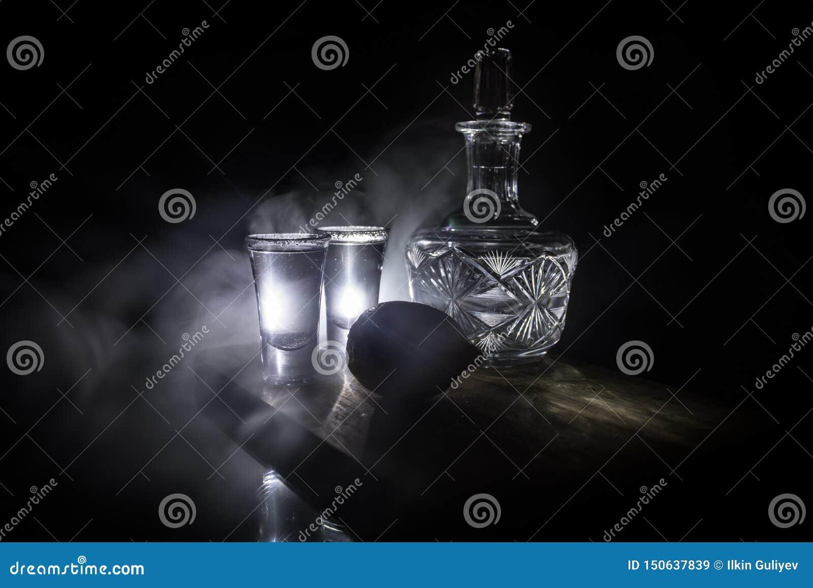Klubbadrinkbegrepp Smaklig tequila för alkoholdrinkcoctail med limefrukt och att salta på vibrerande mörk bakgrund eller exponeri