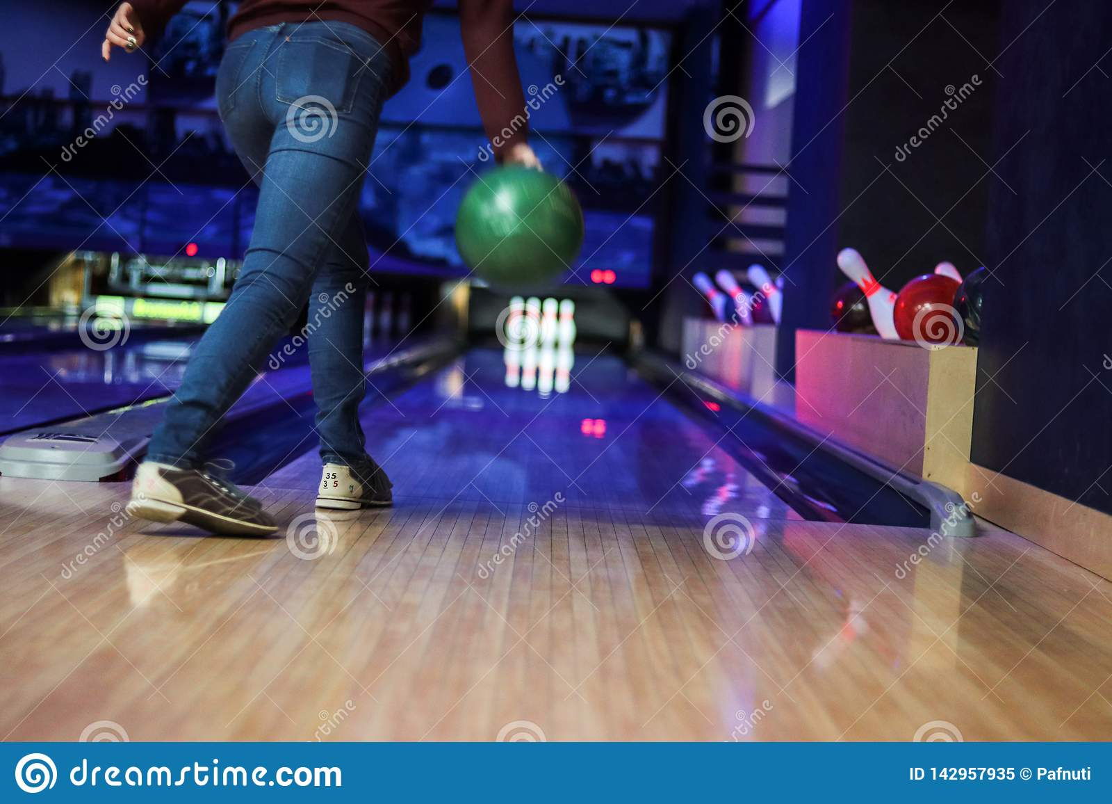 Klubban för att bowla kastar bollen