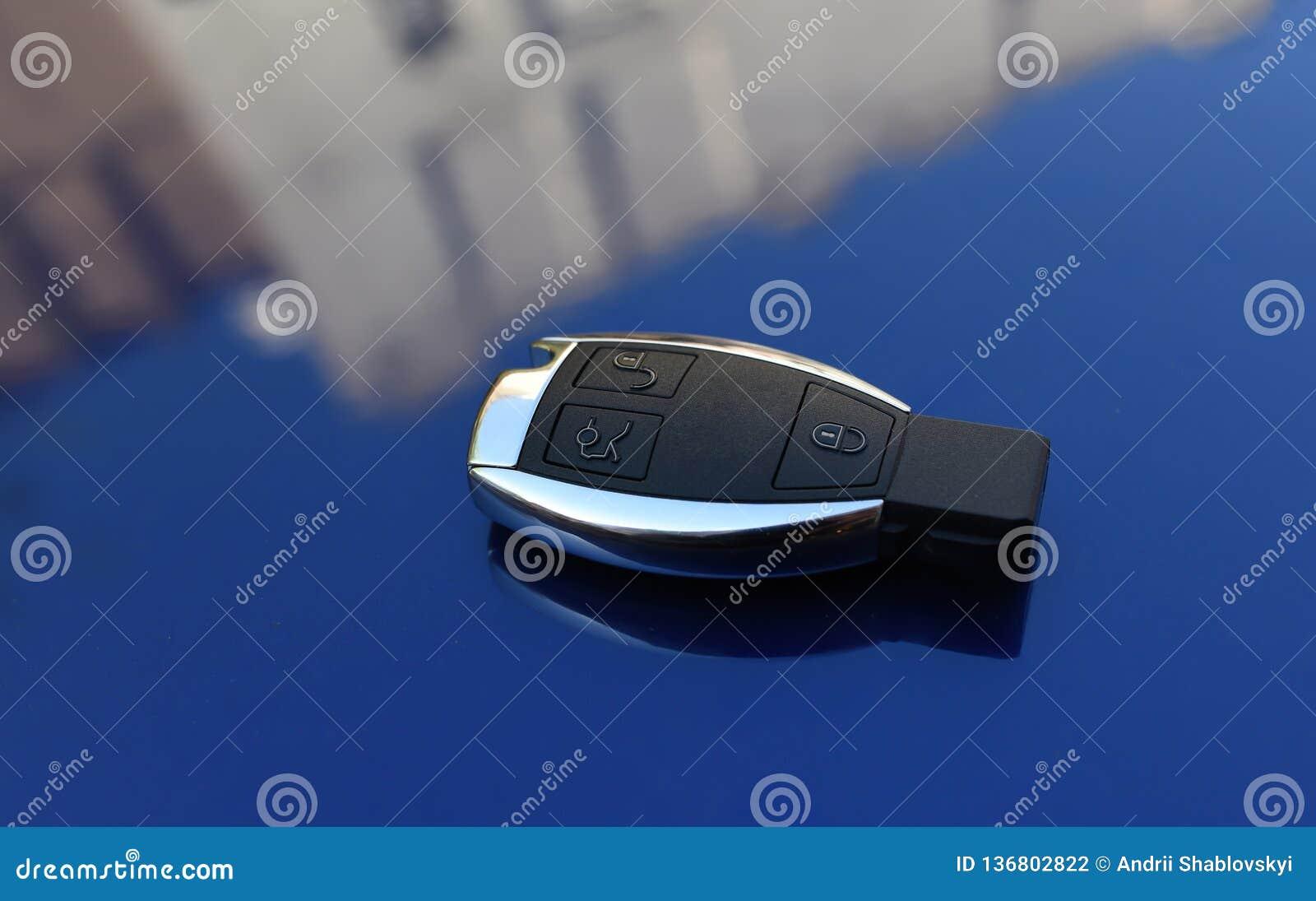 Klucz od samochodu na błękitnym tle