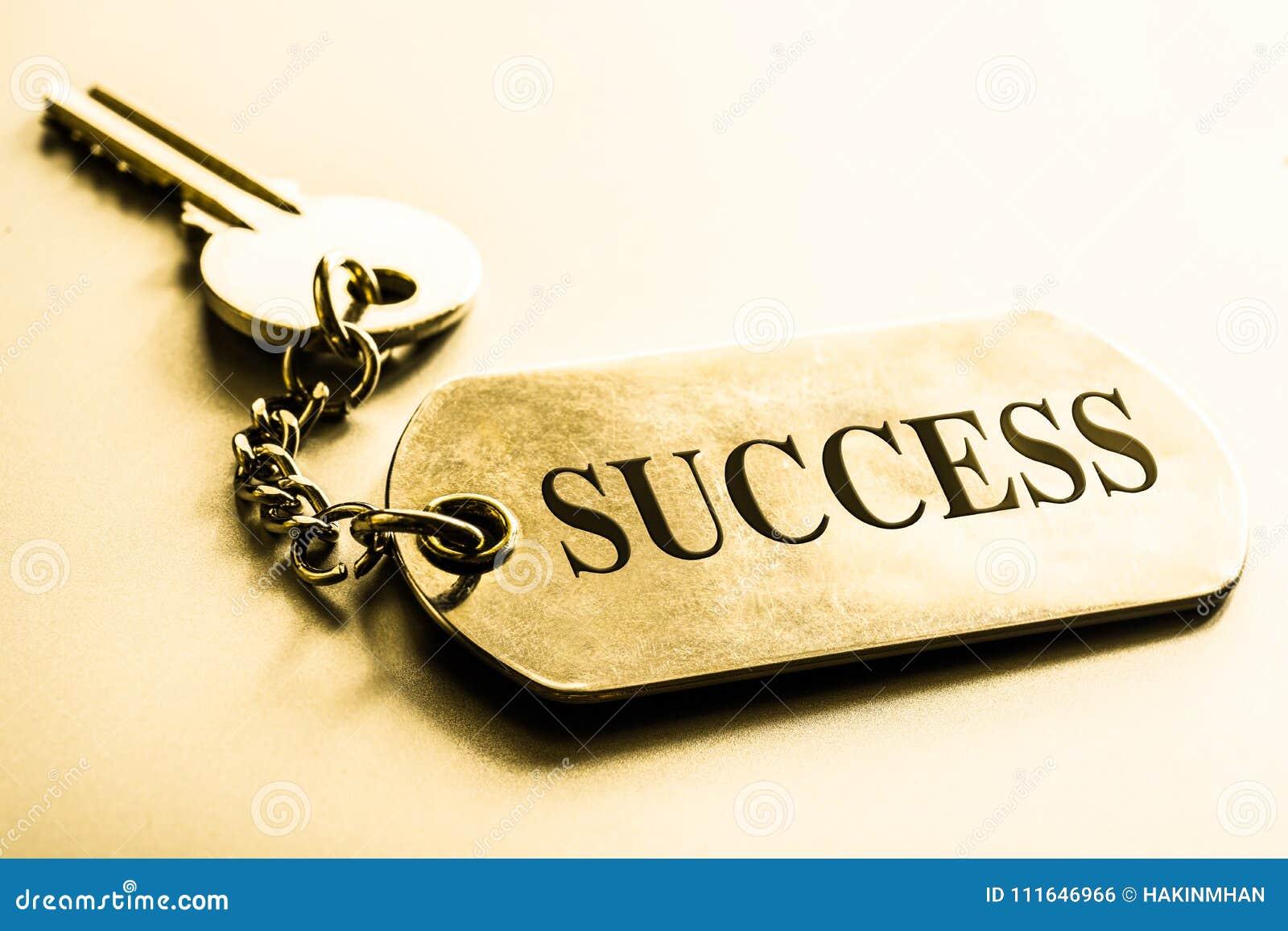 Kluczem sukcesu pojęcia prowadzenia domu posiadanie klucza złoty sięgający niebo