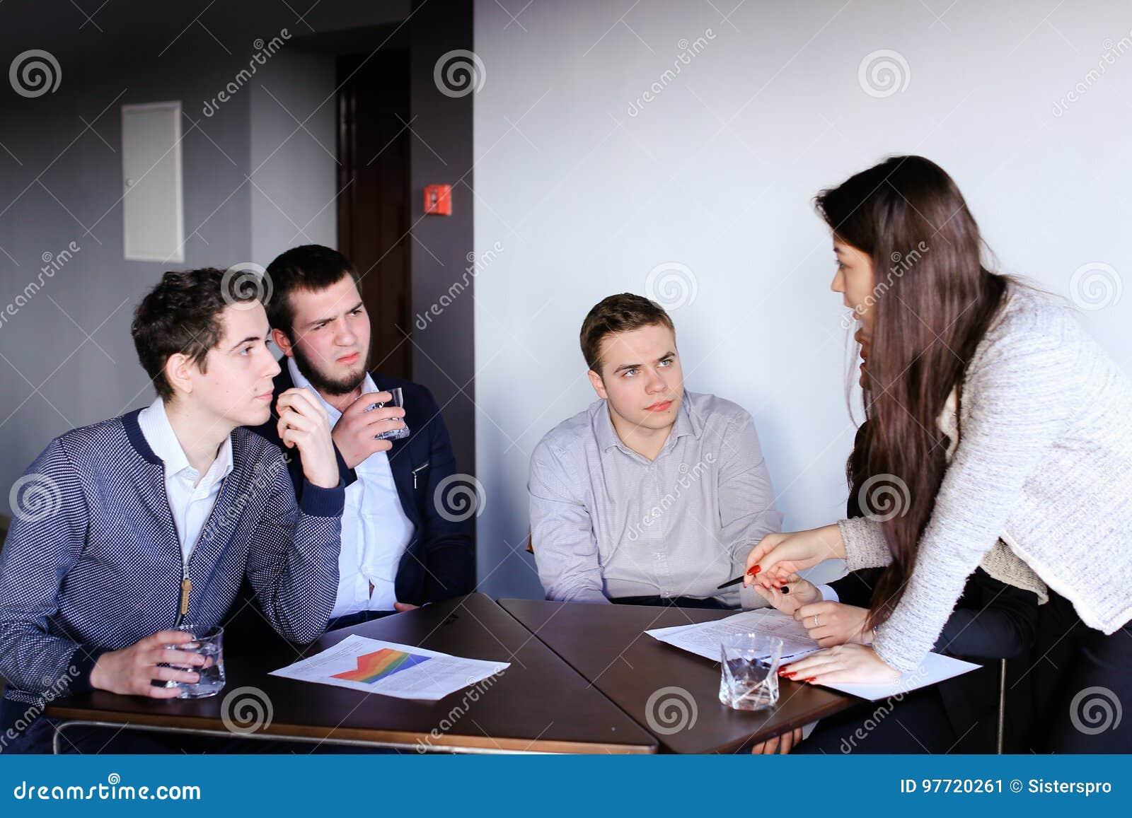 Kluge Manner Und Junge Frauen Streiten Und Bilden Aufgaben Fur Sich