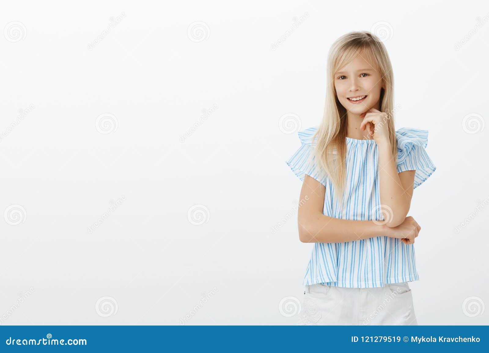 Kluges Mädchen kennt die Antwort und wünscht interessantes Konzept vorschlagen Geschossen vom intelligenten modernen Kind mit dem