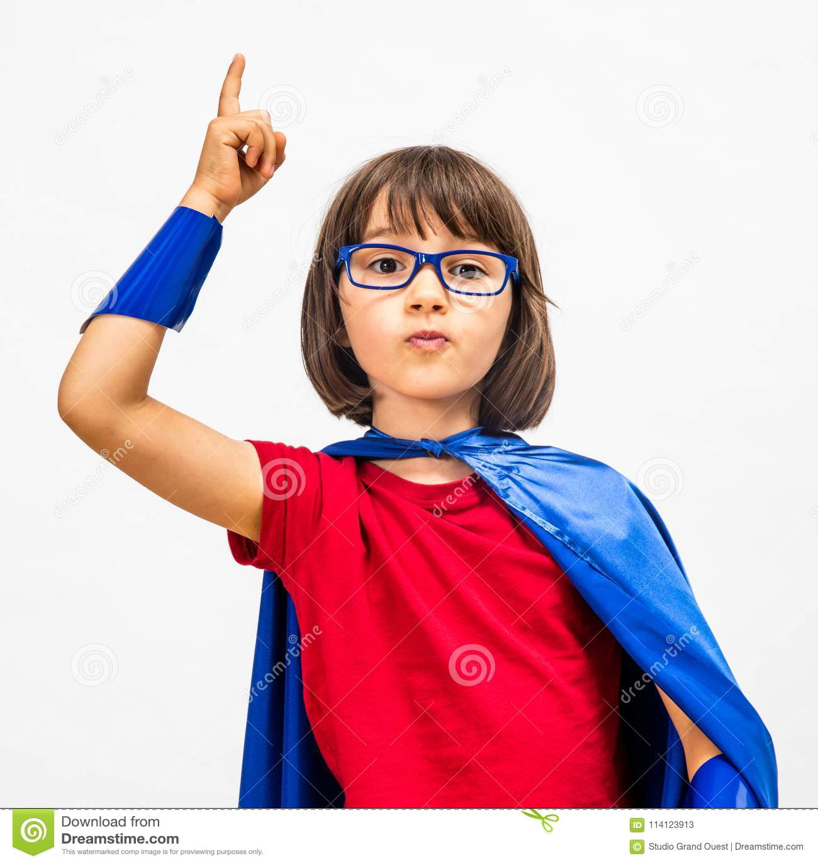 Klyftigt barn för toppen hjälte som lyfter hennes finger för överraskande idé
