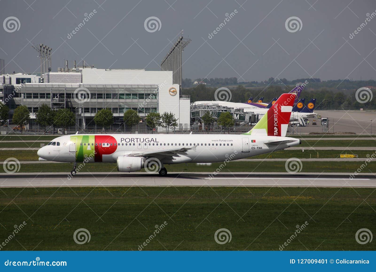 KNACKA LÄTT PÅ den Air Portugal nivån på landningsbana i den Munich flygplatsen, Tyskland, MUC