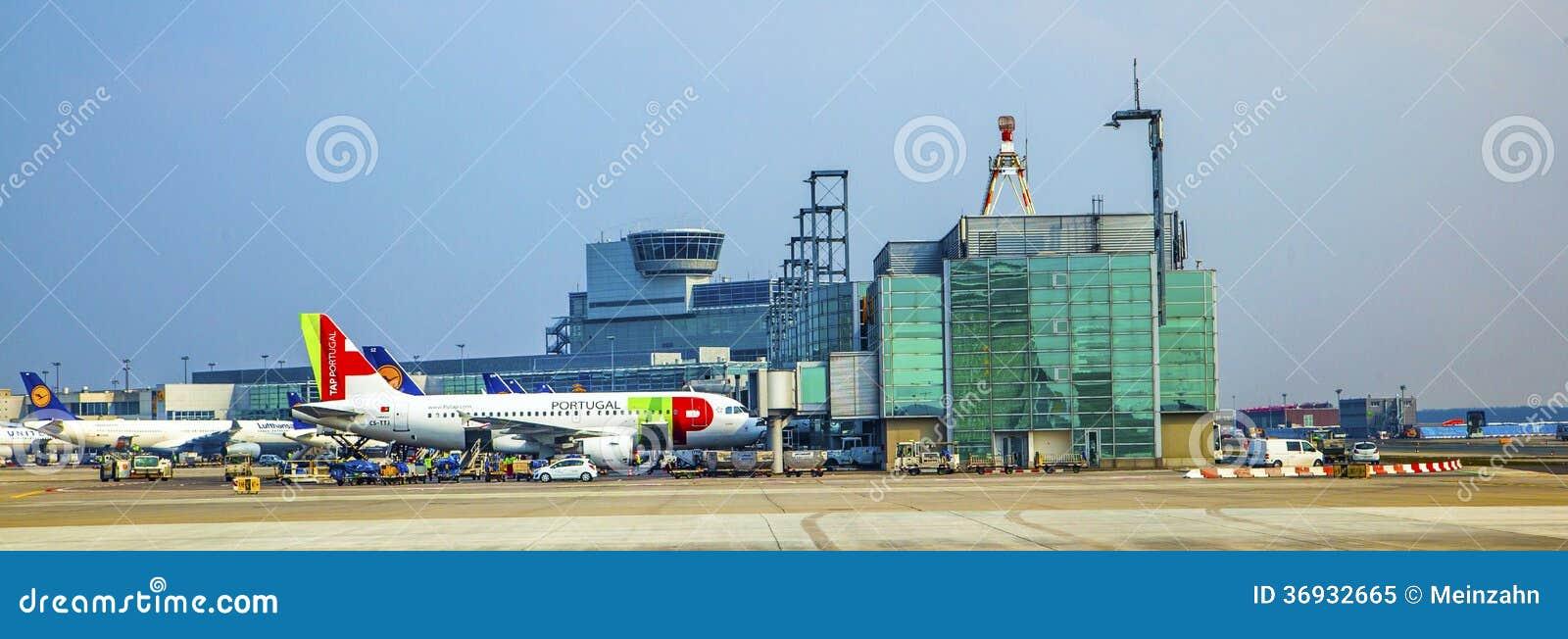 KNACKA LÄTT PÅ flyget som är klart att head till landningsbanan