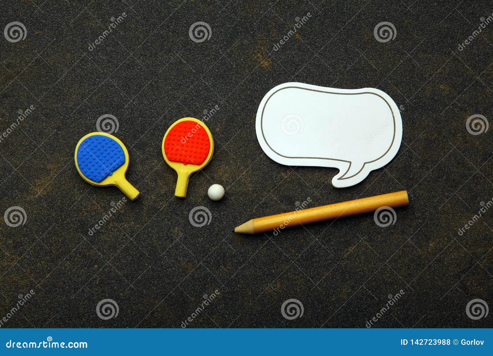 Knacka pongracket klumpa ihop sig blyertspennaanteckningsboken asfalterar inget