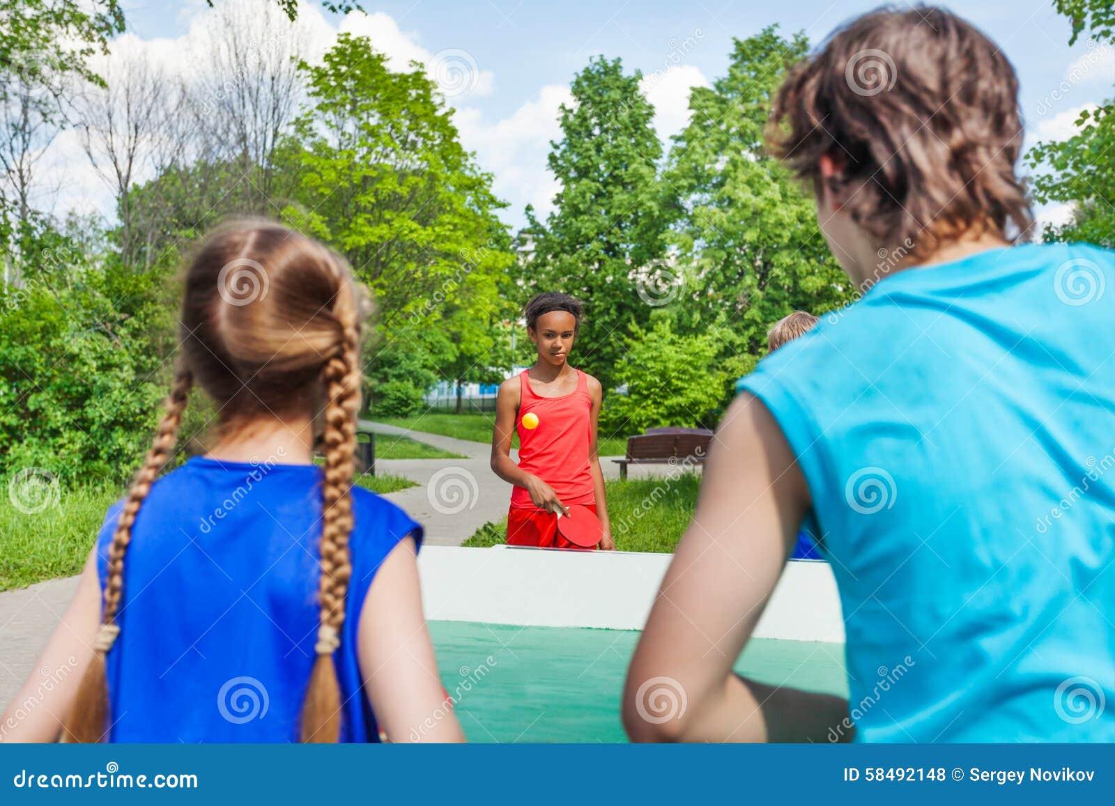 Knackar spela för fyra tonårs- vänner pong utanför