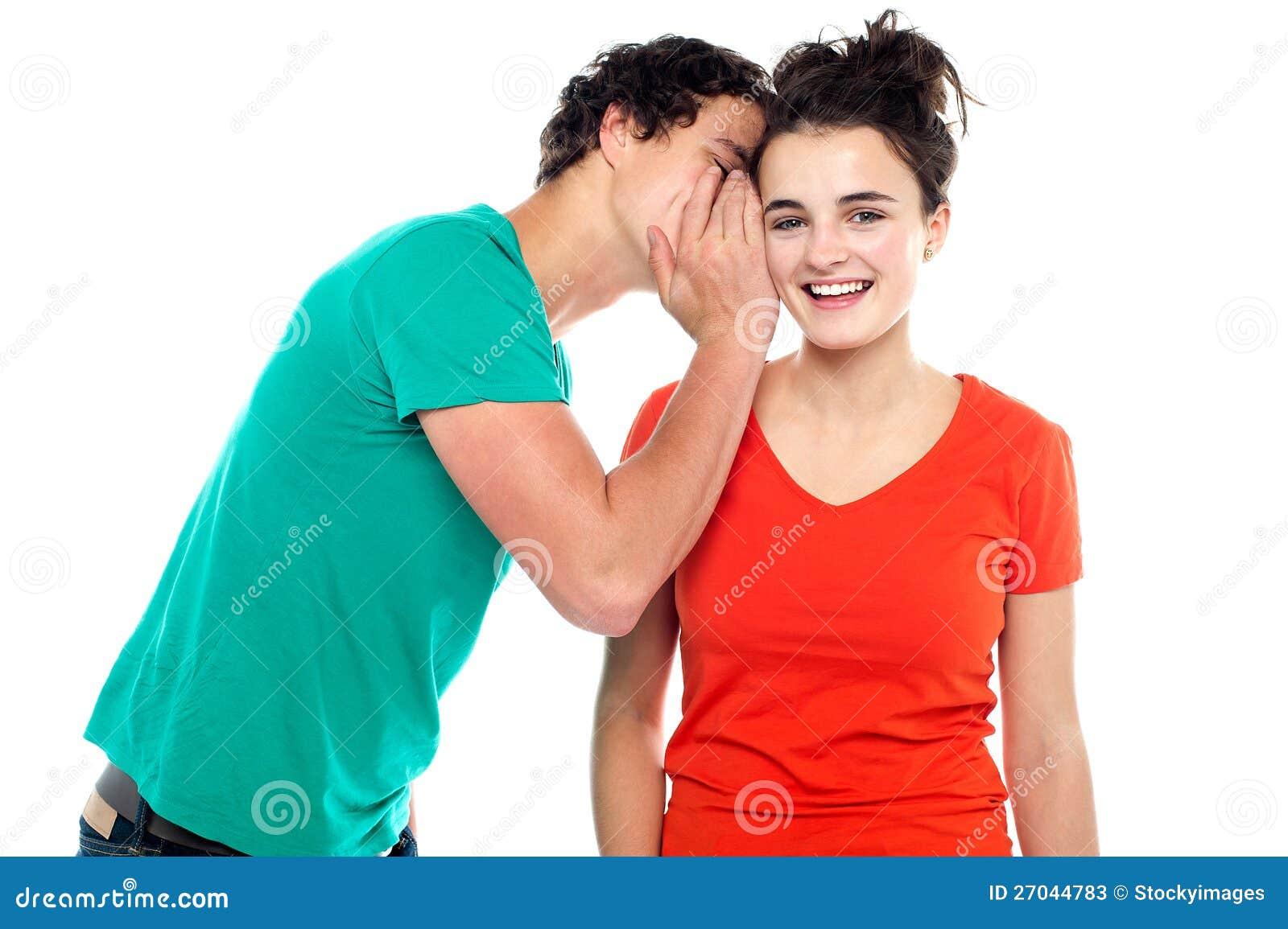 Knap jongen het spreken geheim aan jong meisje