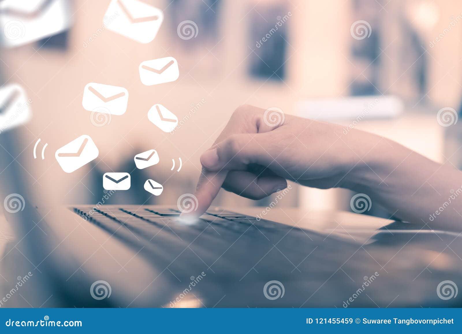 Knapp för tangent för kvinnahandpush på hennes bärbar dator som överför emailen