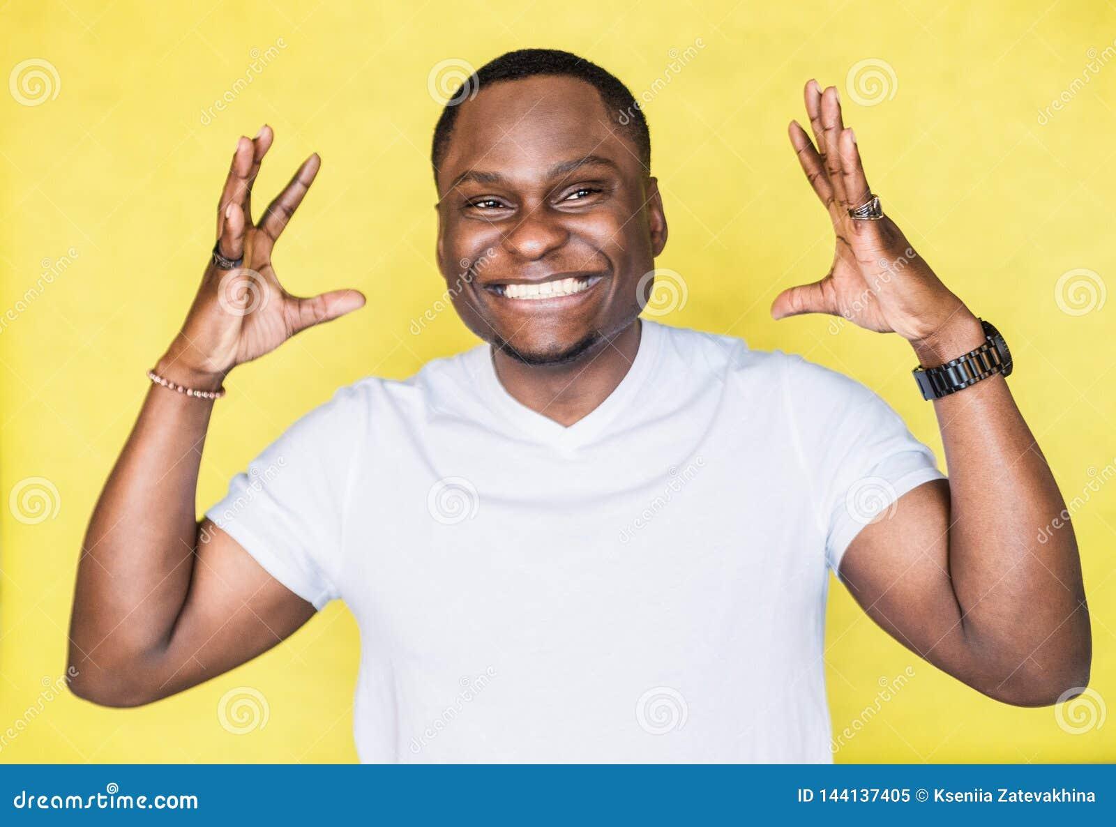 Knappe Afrikaanse Amerikaanse mens die iets groot gebaar tonen door handen