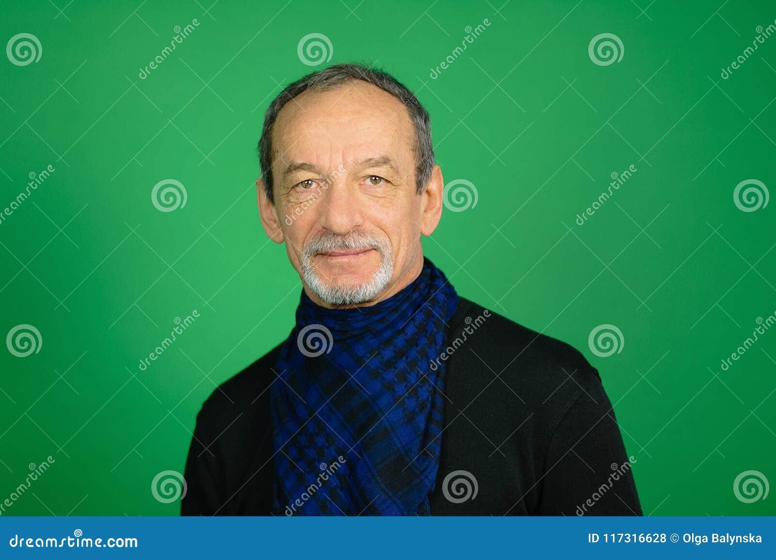Knappe Hogere grijs-Haired Mens met goed-In orde gemaakte Baard in Zwarte Sweater en Blauwe Geruite Sjaal rond zijn Hals