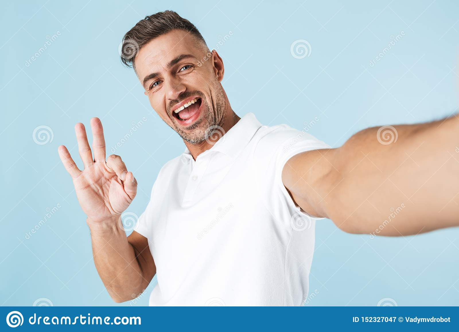 Knappe jonge mens die witte t-shirt status dragen