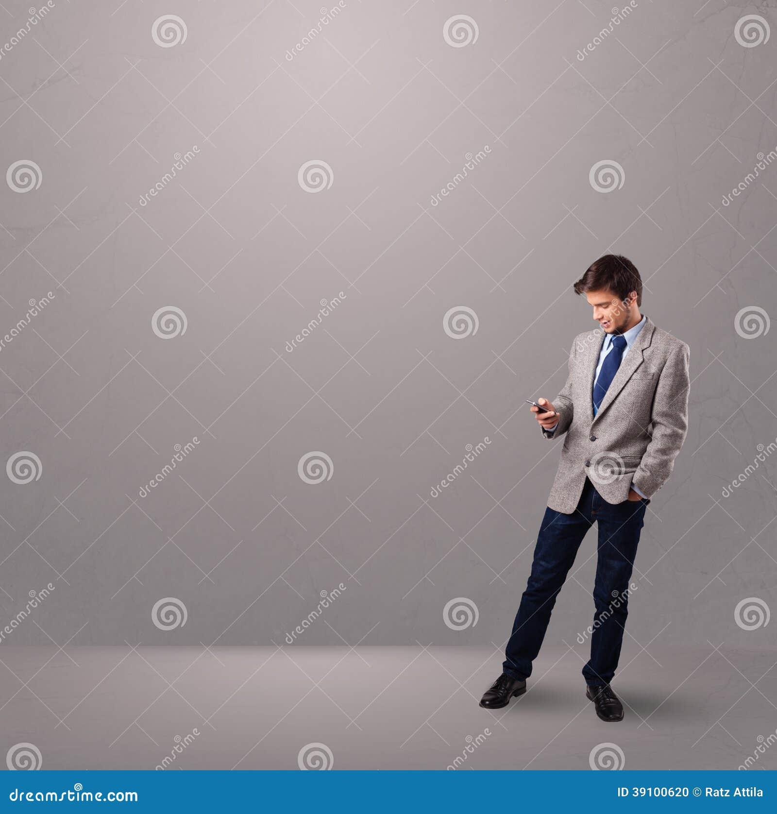 Knappe jongen die en een telefoon bevinden zich houden