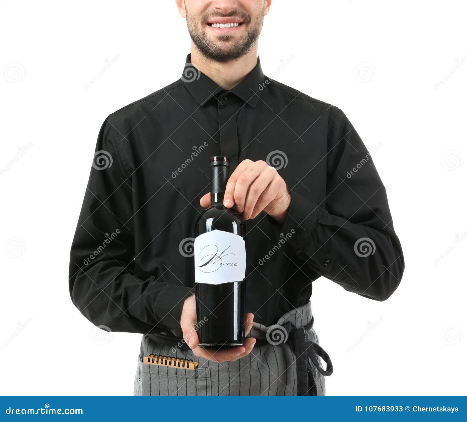 Knappe kelner met fles wijn op witte achtergrond