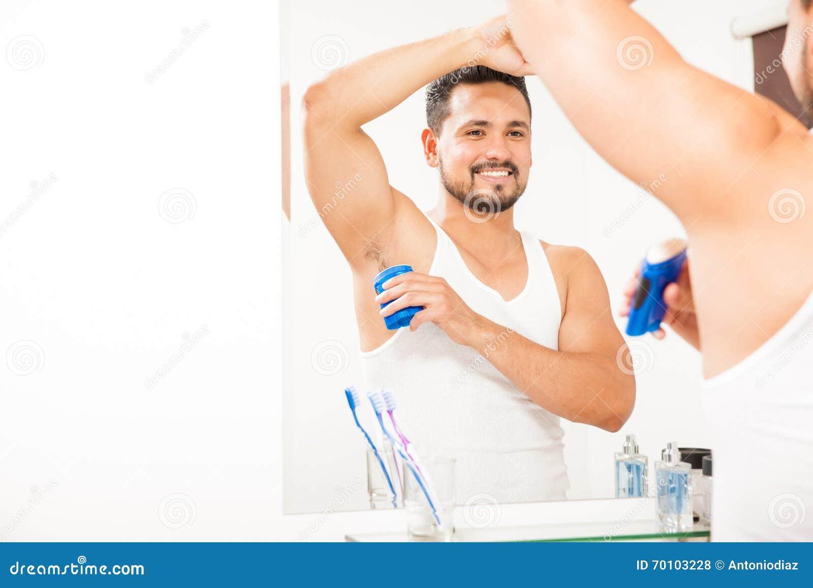 Knappe kerel die op één of andere deodorant zetten