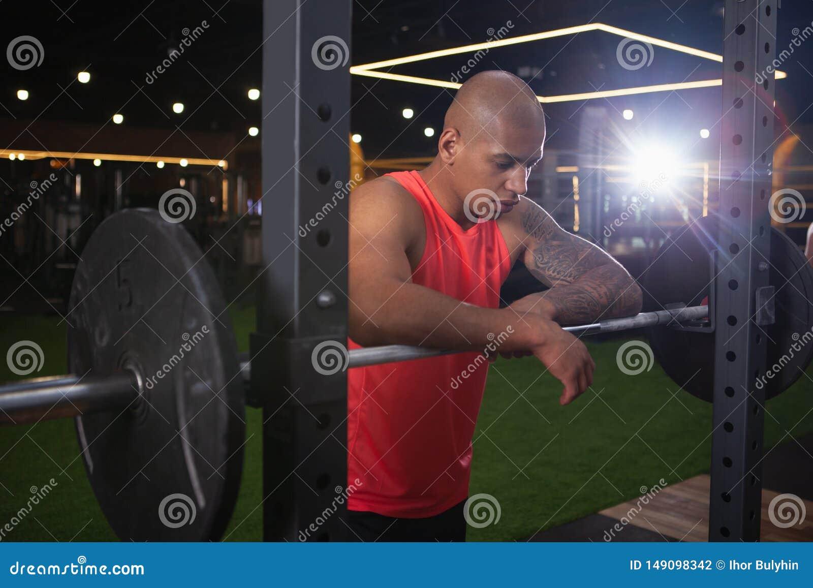 Knappe mannelijke Afrikaanse atleet die bij de gymnastiek uitwerken